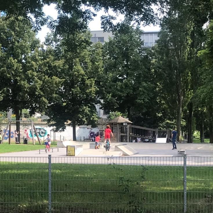 Bild 2: Spielplatz am Wohnturm