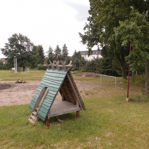Bild 1: Am Sportplatz