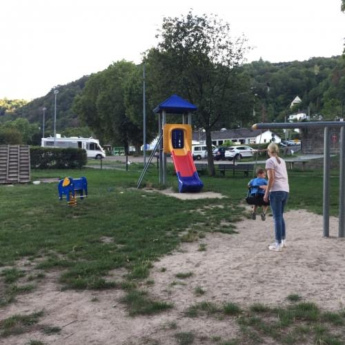 Bild 2: Spielplatz am Rhein