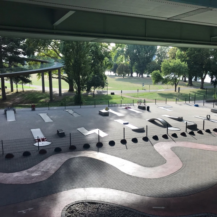 Bild 1: Familienpark unter der Zoobrücke