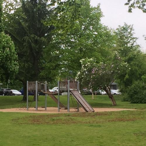 Bild 2: Kleiner Parkspielplatz