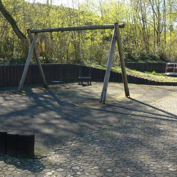 Bild 9: Sperlingsweg - Spielen am Ostender Bach