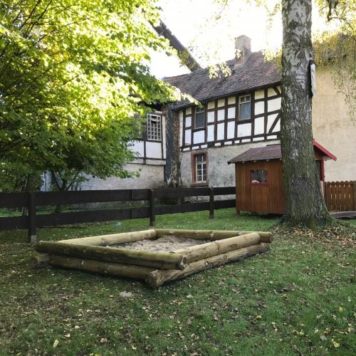 Bild 3: Spielplatz am Denkmal