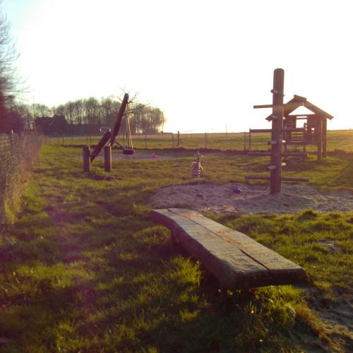 Bild 1: Spielplatz am Feld