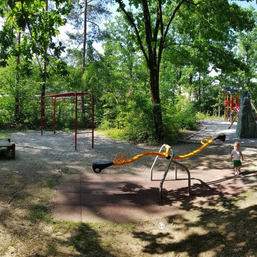 Bild 1: Spielplatz am Kindergarten