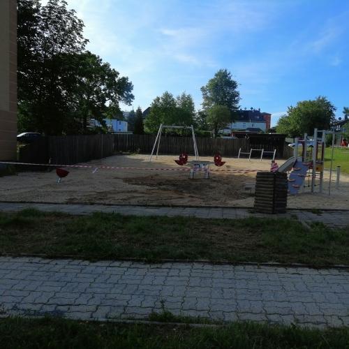 Bild 1: Spielplatz am Neubau