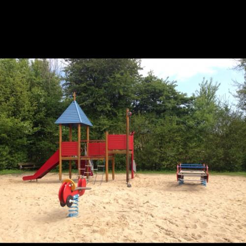 Bild 2: Spielplatz am See