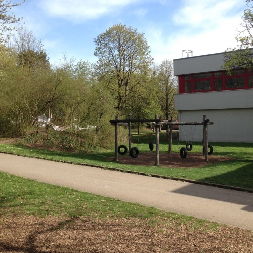 Bild 3: An der Grundschule im Aischbach