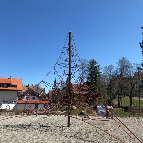 Bild 2: Spielplatz an der Schule
