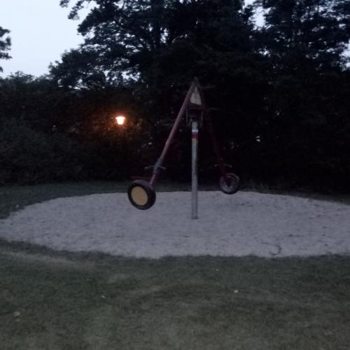 Bild 1: Spielplatz gegenüber der Grundschule