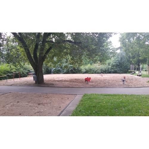 Bild 1: Spielplatz im Park