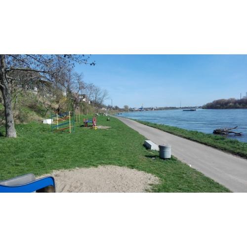 Bild 1: Spielplatz Lülsdorf am Rheinufer