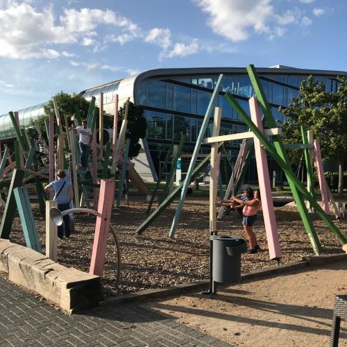 Bild 6: Spielplatz vor dem Kameha