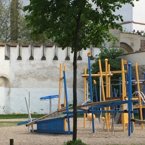 Bild 1: Unterhalb der Stadtkirche