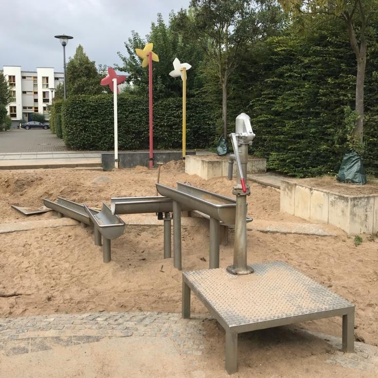 Bild 1: Wasserspielplatz Stadtwaldviertel